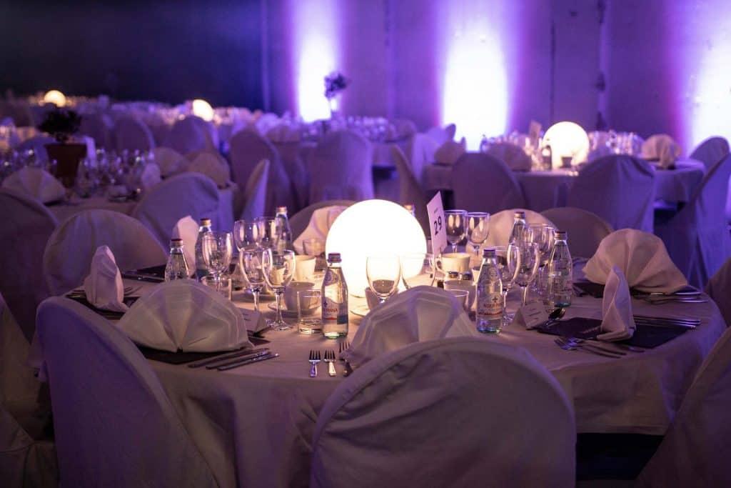 LED klot på dukade bord