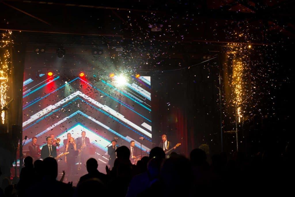 Bild på band som spelar på en scen