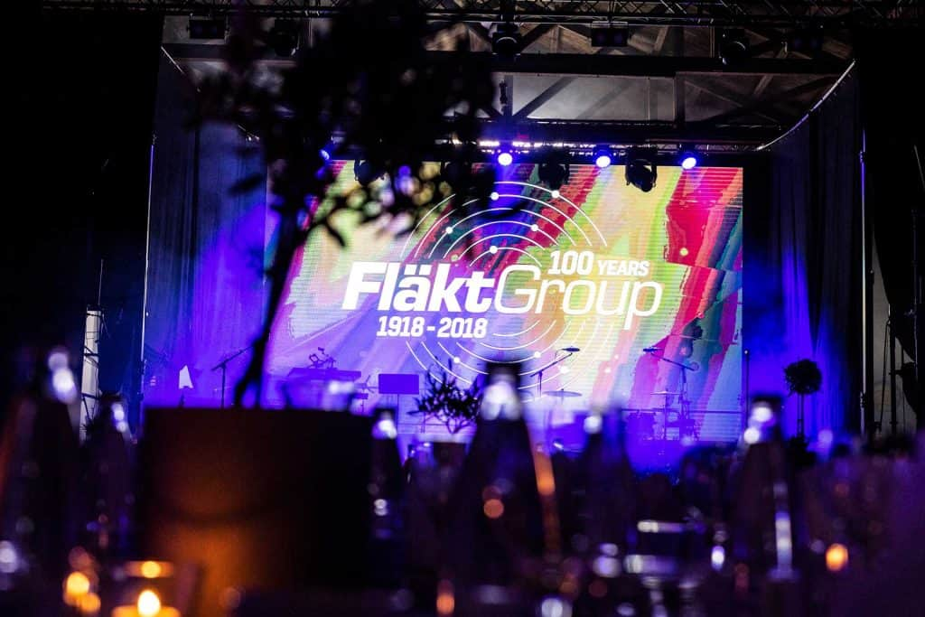 Bildskärm med fläktgroup logotyp
