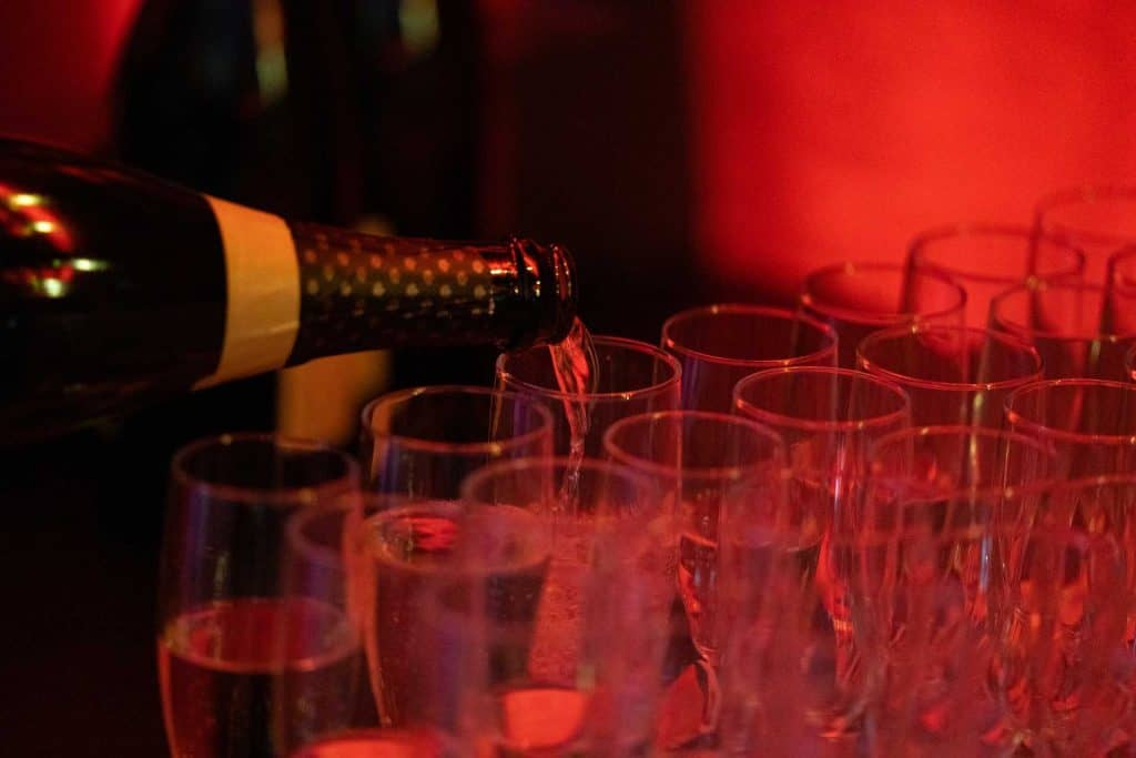 Champagne som hälls upp i glas