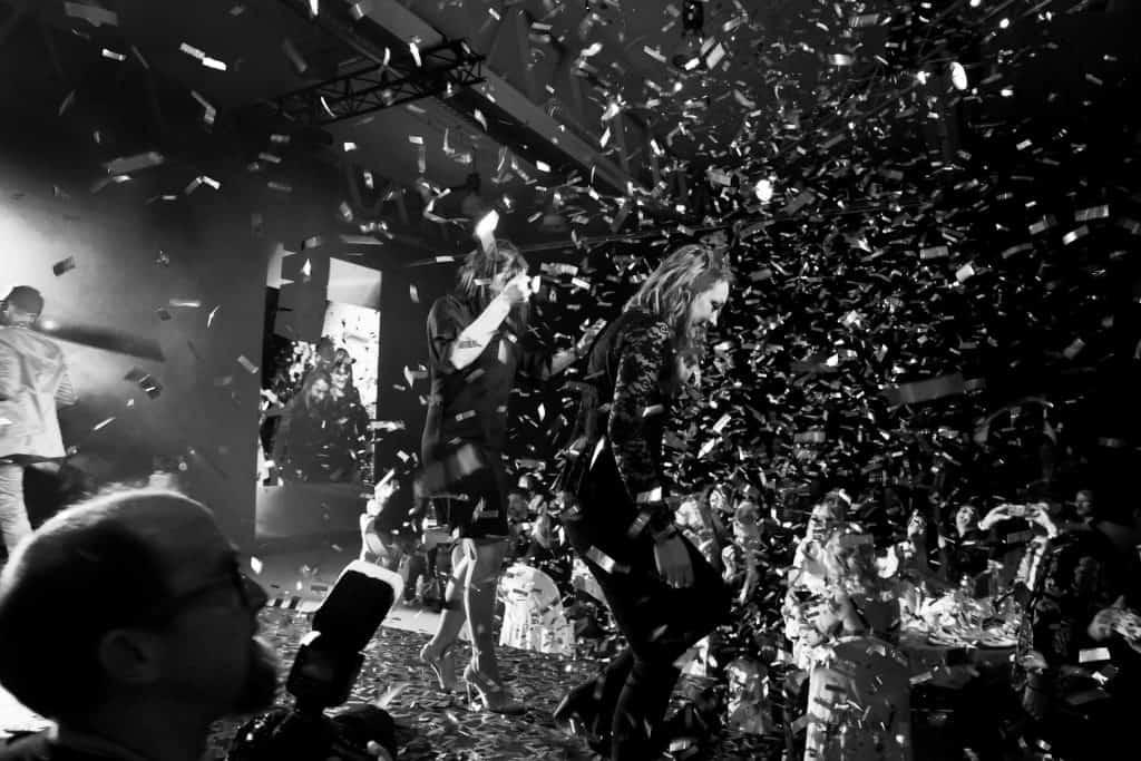 Kvinnor som går ned för scen med konfetti