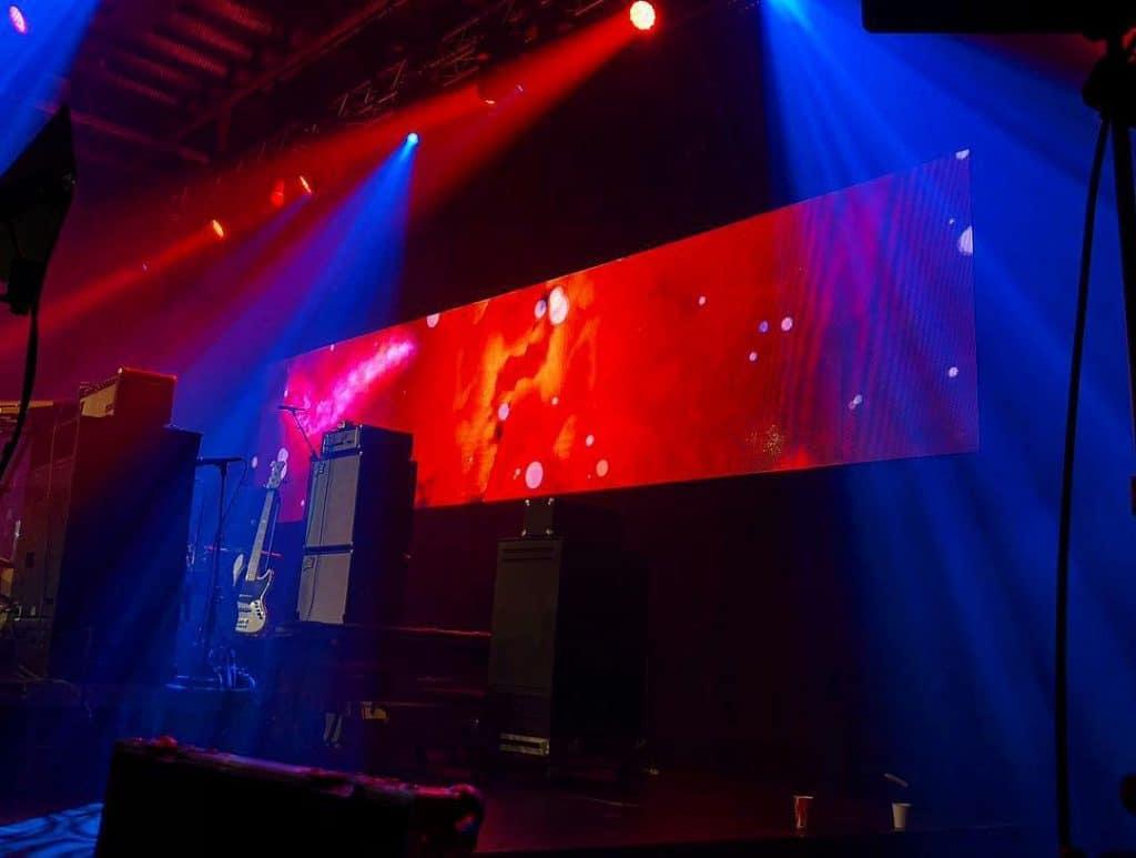 Bildskärm och ljus på scen